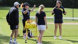 Grupo de adultos en el camp de tenis